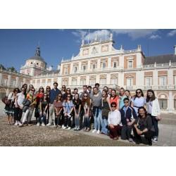 Carmen con grupo de estudiantes en Aranjuez